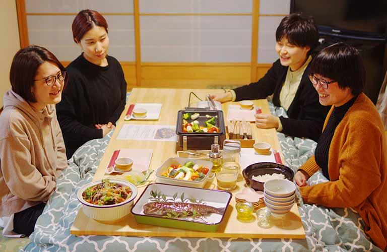 室内の食事イメージ